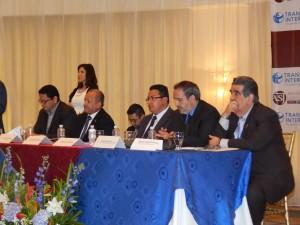 Mesa principal durante la presentación del informe de ASJ y TI