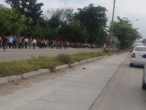 Largas filas de personas caminando se observan en San Pedro Sula debido a la toma de calles y carreteras