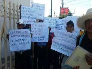 Durante la protesta los indígenas acusaron a la diputada nacionalista de abusar de su puesto para construir un proyecto hidroeléctrico de su propiedad.