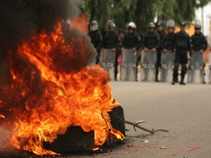 Hilda Hernández dice que la quema de llamas provoca agujeros en el pavimento.
