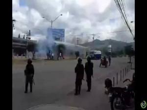 En la imagen se aprecia cuando los miembros de la policía  hacían uso de la tanqueta de agua.