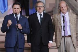 El presidente Juan Hernández con Luis Almagro y el facilitador John Biehl