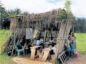 Esta es una escuela improvisada ubicada en la Mosquitia hondureña que devela las consdiciones precarias del sistema educativo, mientras el gobierno prioriza la seguridad.