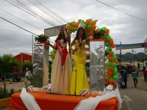 Daysi y Sofía I en el desfile inaugural