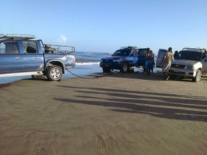 Esta fotografía muestra lo que estaba sucediendo en la playa donde un vehículo auxiliaba a otro