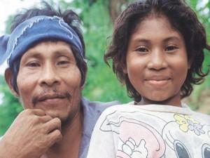 Un padre Pech junto  a su hija