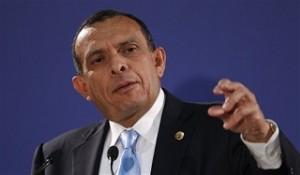 El presidente de Honduras, Porfirio Lobo, gesticula durante una conferencia de prensa en el marco de la VI Cumbre Unión Europea-América Latina-Caribe en Madrid, el miércoles 19 de mayo de 2010. (Foto AP/Arturo Rodríguez)