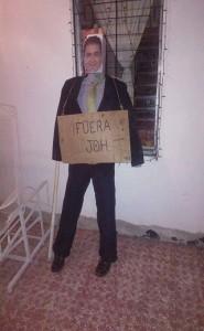 """Este """"año viejo"""" muestra la imagen del presidente Juan Hernández. """"Fuera JOH"""": Dice un rótulo que le colocaron."""