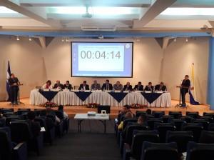 La mesa principal integrada por los miembros de la Junta Interventora destaca ante la poca presnecia de público.