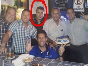 En la imagen aparece Rolando Argueta, en compañía del diputado y presidente de la bancada nacionalista en el Congreso Nacional, Oscar Álvarez y el periodista Edgardo Melgar.