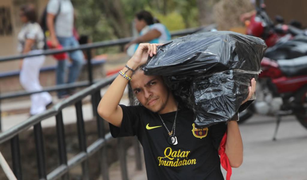 Estudiante del FUUD con material electoral. Foto: El Heraldo.